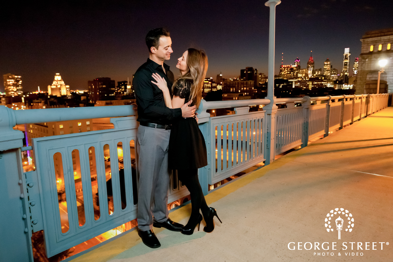 night engagement session benjamin franklin bridge