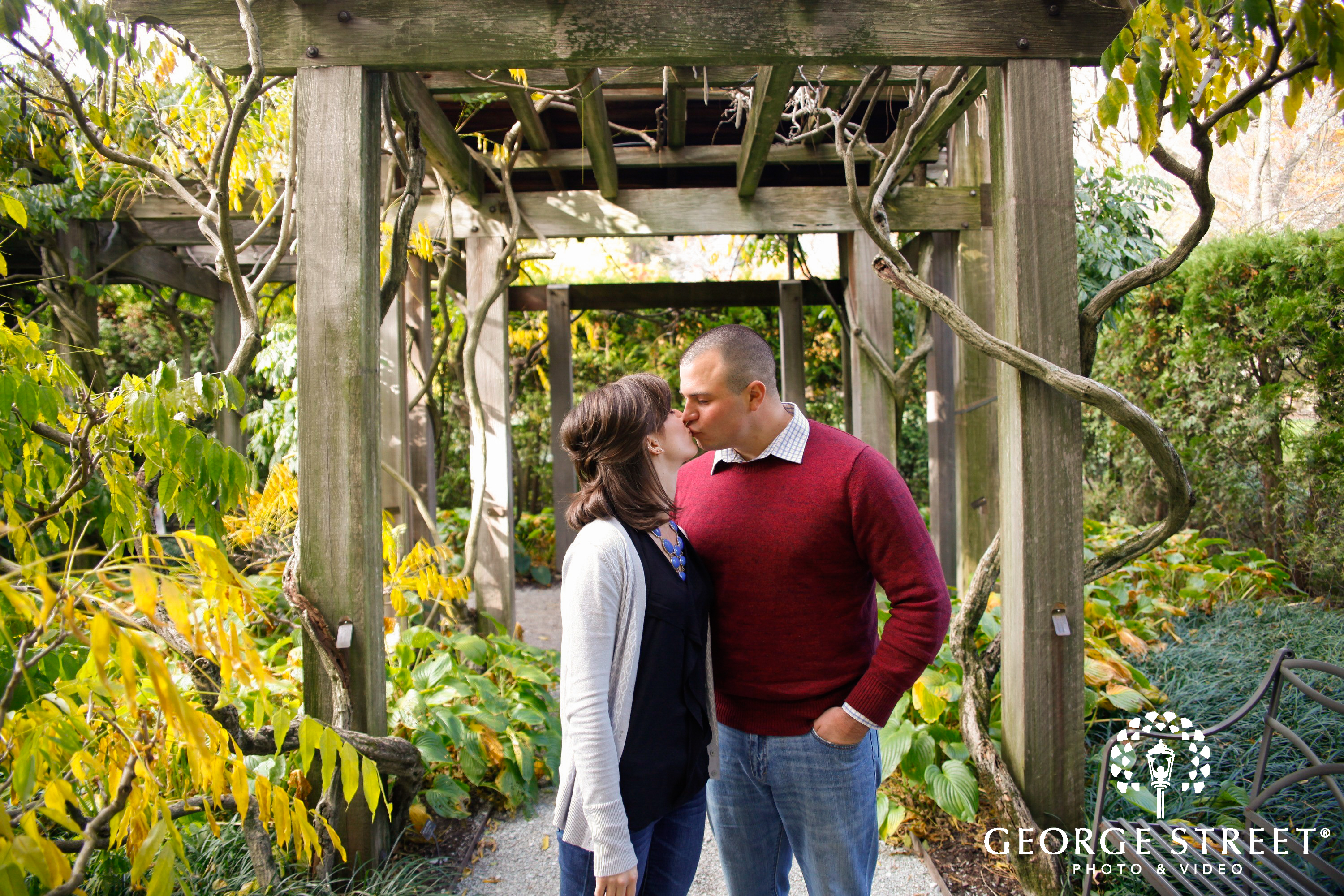 couple kissing in gardens