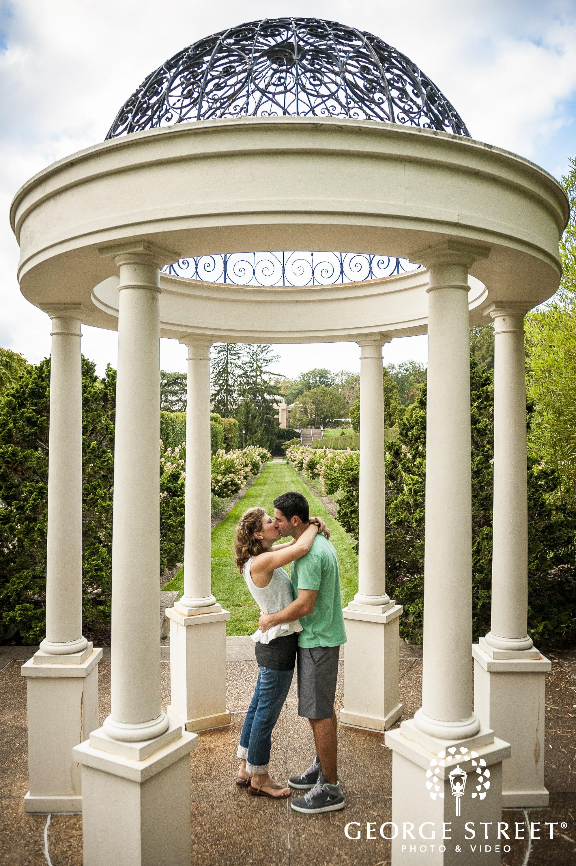 couple kissing in the longwood garden
