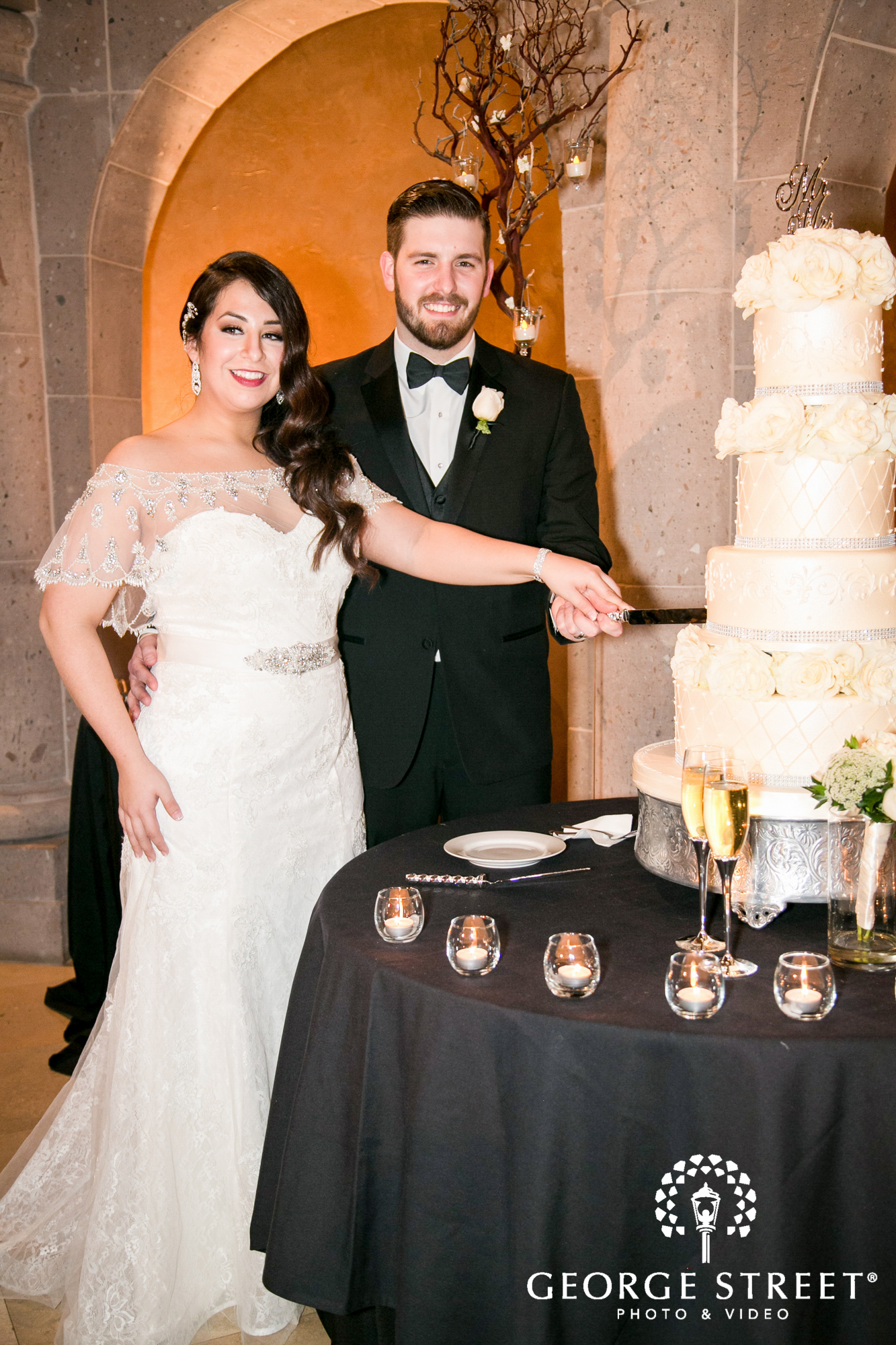 couple cutting of the cake